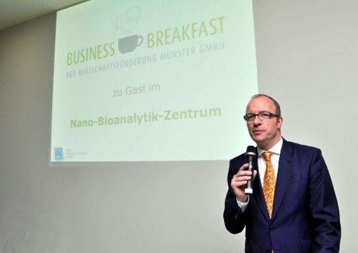 Dr. Thomas Robbers eröffnet das Business Breakfast: Münster ist ein Top-Standort in der Nanobiotechnologie. Foto: WFM