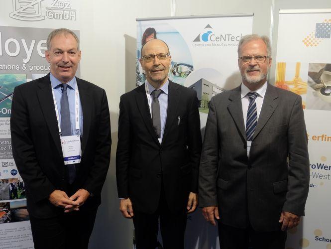Besuch von Christos Tokamanis von der EU-Kommission am NRW-Stand im Gespräch mit Dr. Holger Winter (CeNTech, links) und Dr. Klaus-Michael Weltring (bioanalytik-muenster, rechts).