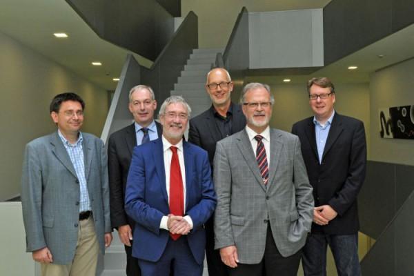 Dr. Günther Horzetzky (3.v.l.), Staatssekretär aus dem NRW-Wirtschaftsministerium, zu Besuch im Nano-Bioanalytik-Zentrum Münster. Dort begrüßten ihn Klaus-Michael Weltring (2.v.r.), Matthias Günnewig (3.v.r.), Dr. Jürgen Schnekenburger (r.) vom Biomedizinischen Technologiezentrum, Dr. Holger Winter (2.v.l.) vom Center for Nanotechnology Münster und Dr. Matthias Schmidt (l.) vom Wissenschaftsbüro der Stadt Münster. Foto: Martin Rühle