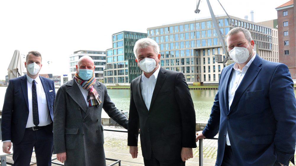 NRW-Wirtschaftsminister Prof. Dr. Andreas Pinkwart (2.v.r.) war bei seinem gestrigen Besuch in Münster voll des Lobes. Münsters Oberbürgermeister Markus Lewe (2.v.l.) und WFM-Geschäftsführer Enno Fuchs (r.) begrüßten den Gast aus Düsseldorf im Rahmen der NRW Nano-Konferenz, bei der Münster Standortpartner ist. Pinkwart kam in Begleitung von Harald Cremer (l.), Geschäftsführer des Landesclusters NMWP.NRW. Foto: WFM Münster/Martin Rühle